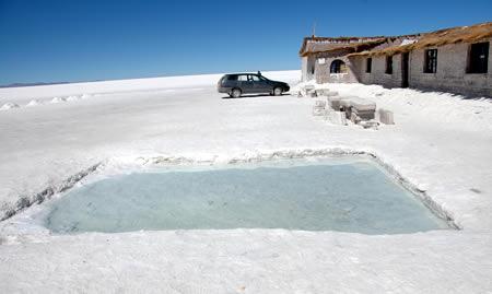 ウユニ塩湖にある塩で出来たホテル1