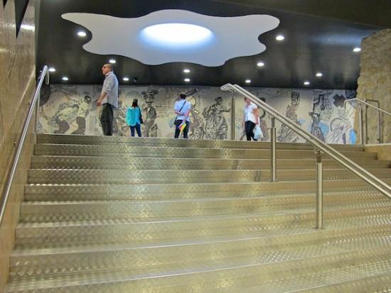 イタリアのナポリにある地下鉄トレドの美しいモザイク画11