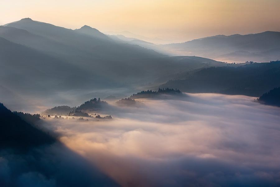 この世のものとは思えない美しい霧がたちこめる自然風景写真17