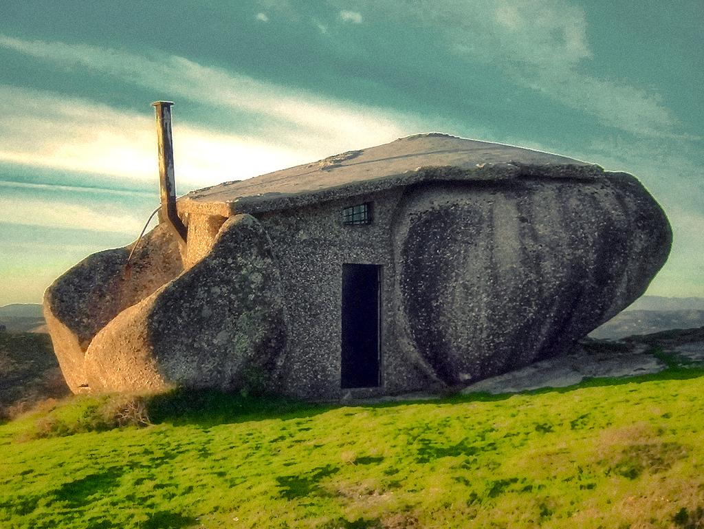 スタジオジブリ作品「ハウルの動く城」に出てきそうな石の家8