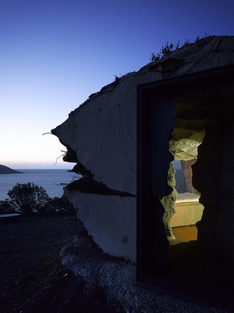 土の中から発掘されたトリュフのようにつくられた、原始人が住んでいそうな住宅18
