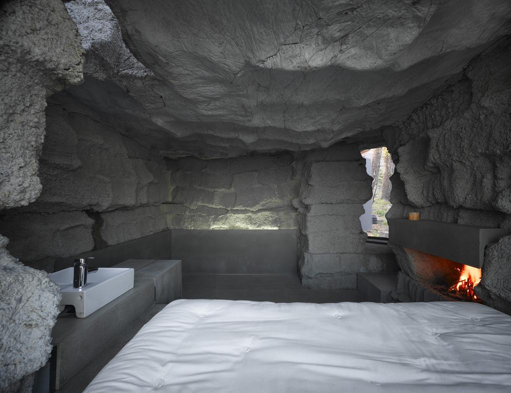土の中から発掘されたトリュフのようにつくられた、原始人が住んでいそうな住宅25