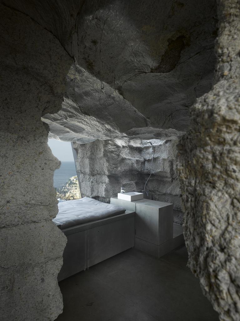 土の中から発掘されたトリュフのようにつくられた、原始人が住んでいそうな住宅23