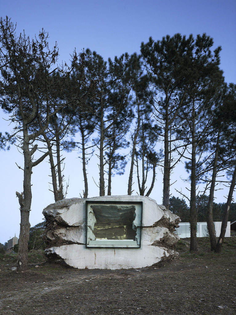 土の中から発掘されたトリュフのようにつくられた、原始人が住んでいそうな住宅16