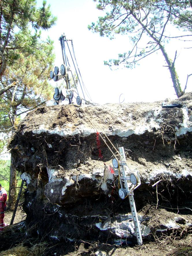 土の中から発掘されたトリュフのようにつくられた、原始人が住んでいそうな住宅10