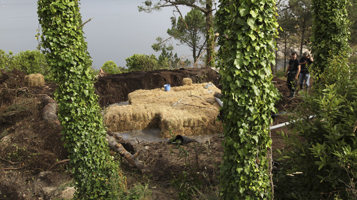 土の中から発掘されたトリュフのようにつくられた、原始人が住んでいそうな住宅3