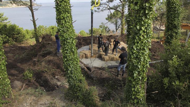 土の中から発掘されたトリュフのようにつくられた、原始人が住んでいそうな住宅4