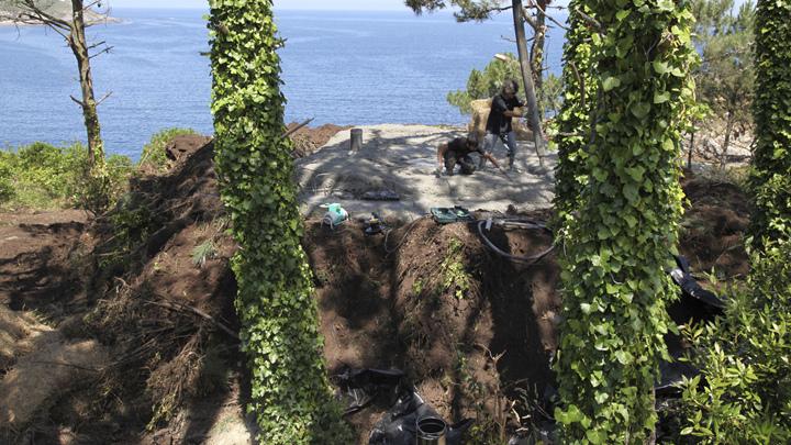 土の中から発掘されたトリュフのようにつくられた、原始人が住んでいそうな住宅7