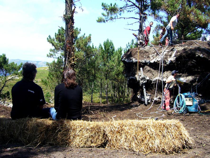 土の中から発掘されたトリュフのようにつくられた、原始人が住んでいそうな住宅11
