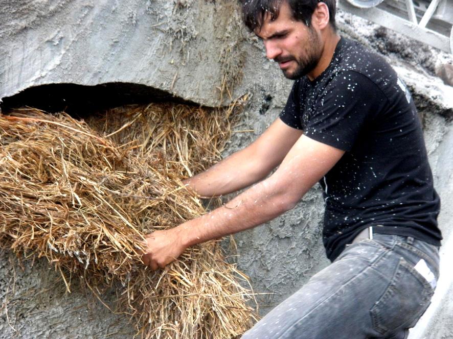土の中から発掘されたトリュフのようにつくられた、原始人が住んでいそうな住宅14