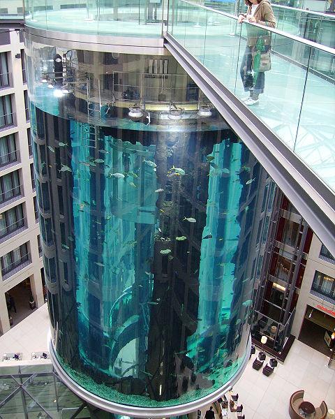 ホテル内の巨大なアクアリウム