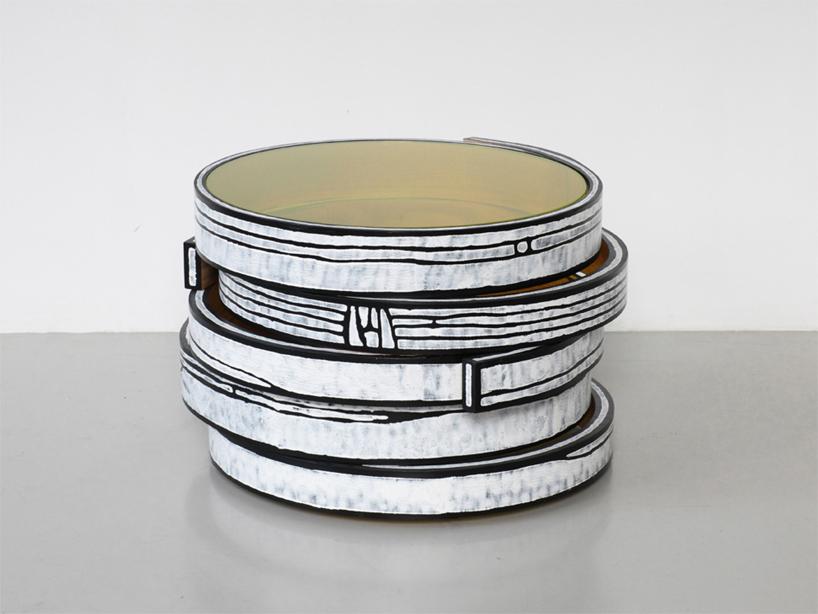 カラフルなタイヤのようなテーブル3