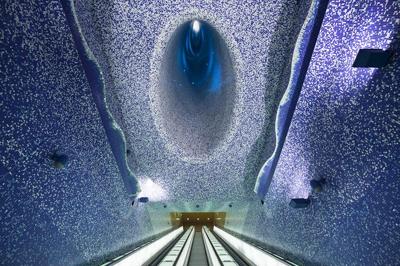 イタリアのナポリにある地下鉄トレドの美しいモザイク画
