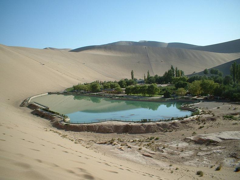 砂漠の中の三日月湖2