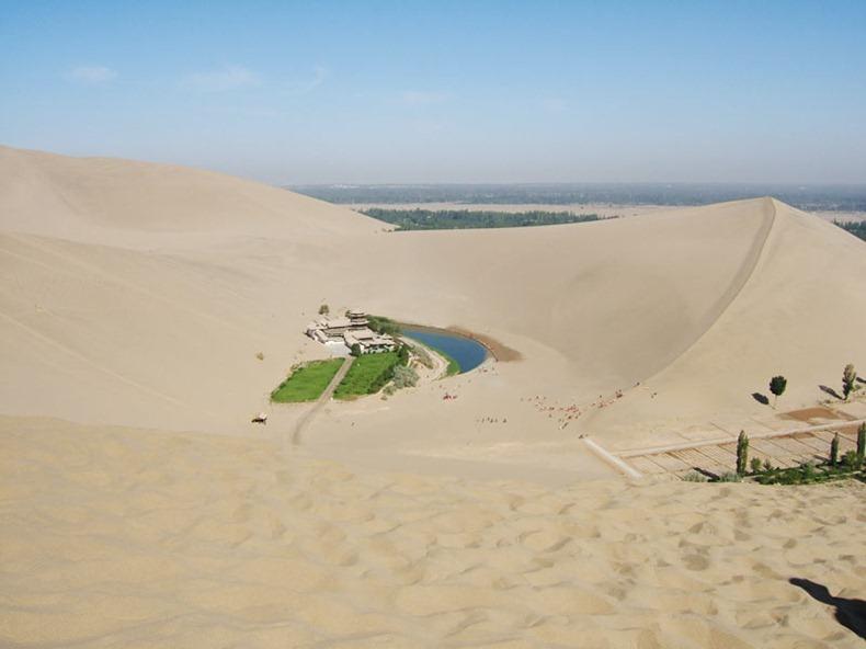 砂漠の中の三日月湖3