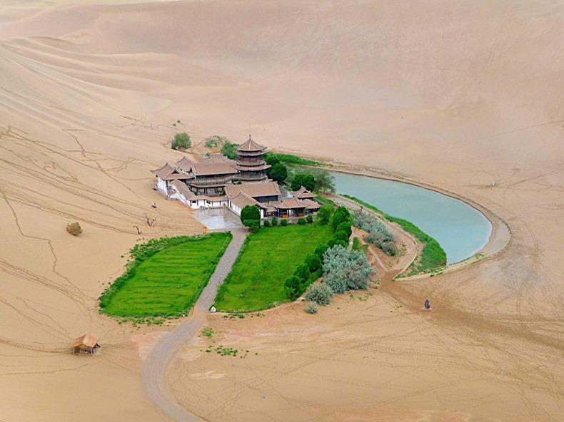 砂漠の中の三日月湖1