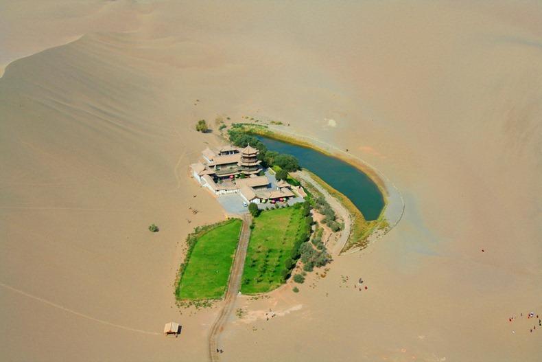 砂漠の中の三日月湖4
