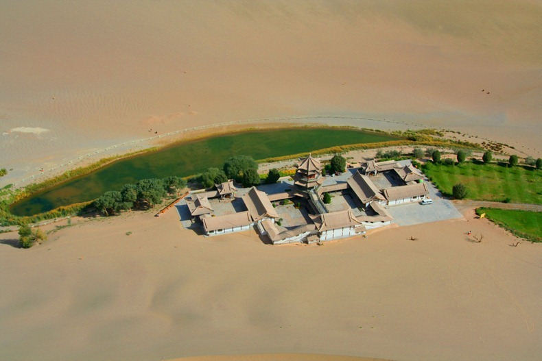 砂漠の中の三日月湖5