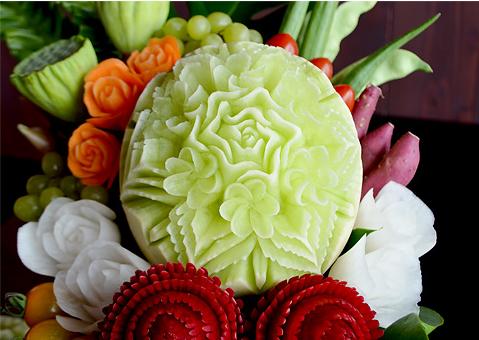 野菜や果物などを使ってつくられる彫刻8
