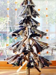 古い雑誌でつくられたクリスマスツリー
