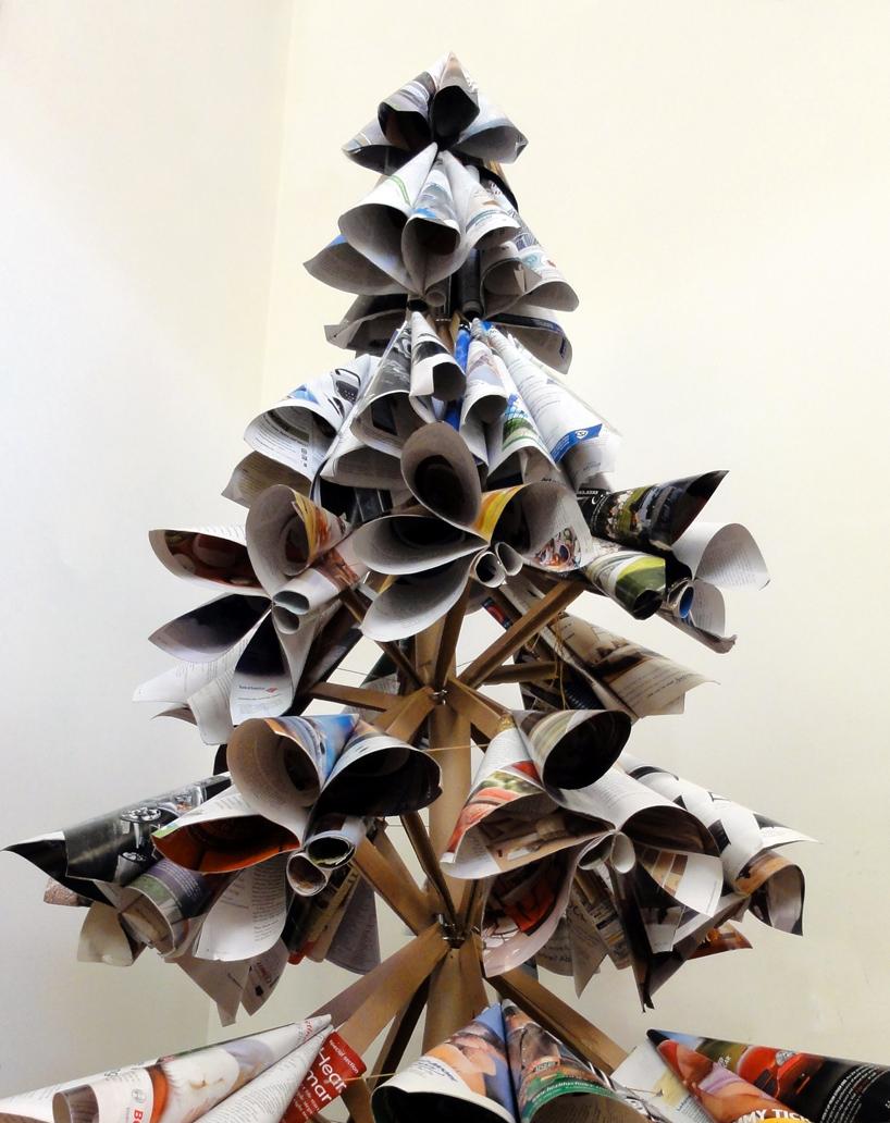 古い雑誌でつくられたクリスマスツリー2