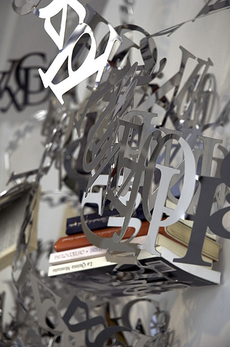 文字で出来た本棚Between Lines8