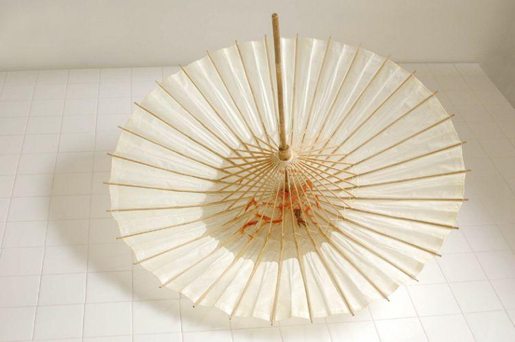 雫 Sizuku:2010 和傘、難黄変透明樹脂○940×670mm