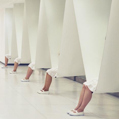 bench between pillars4