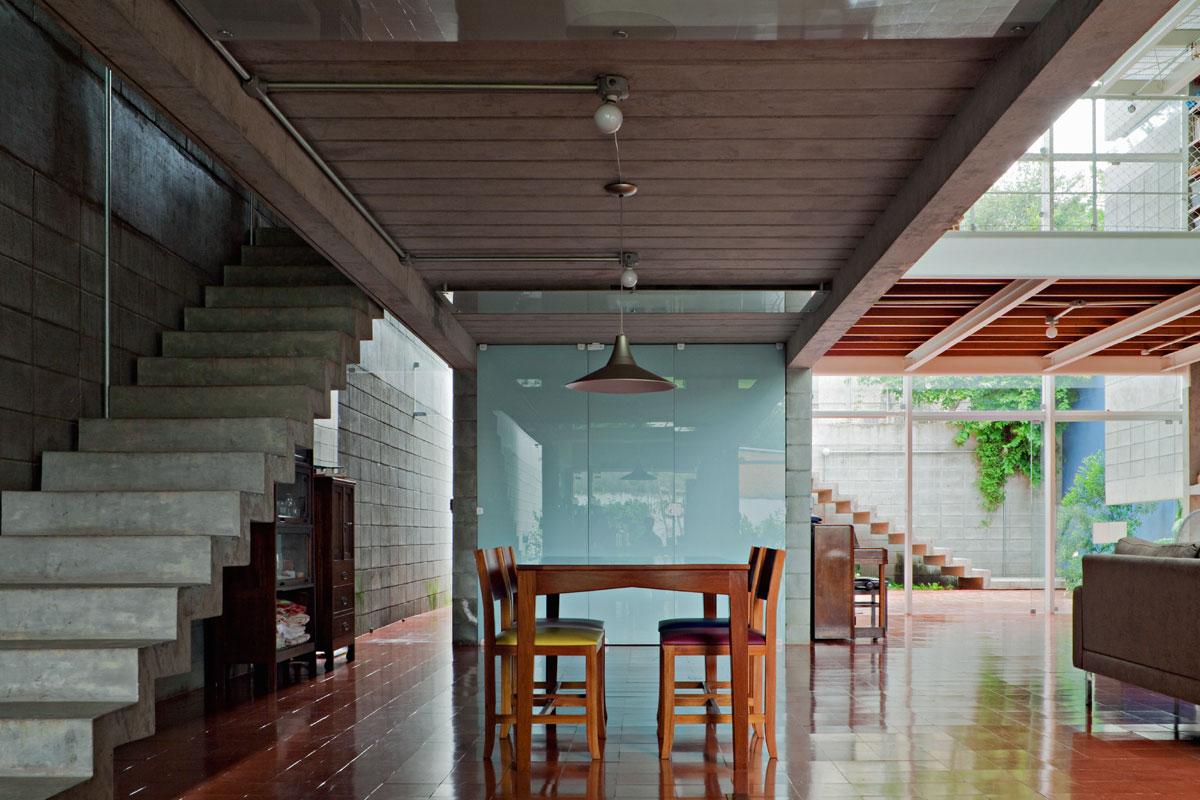 7500冊もの蔵書が壁に設置されている図書館のような邸宅。Bookcase Wall House 12