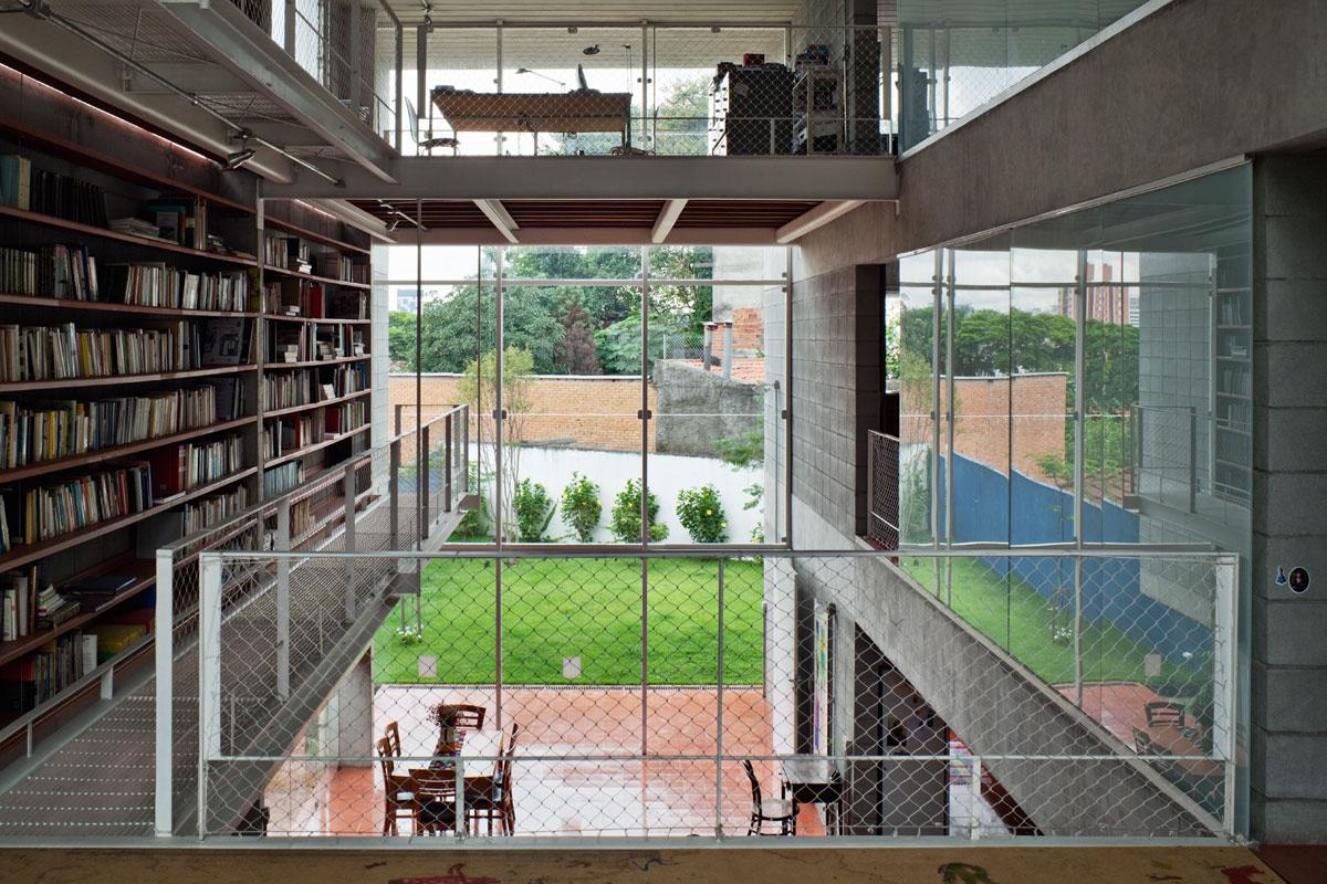 7500冊もの蔵書が壁に設置されている図書館のような邸宅。Bookcase Wall House 13
