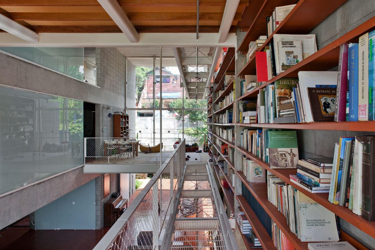 7500冊もの蔵書が壁に設置されている図書館のような邸宅。Bookcase Wall House 14