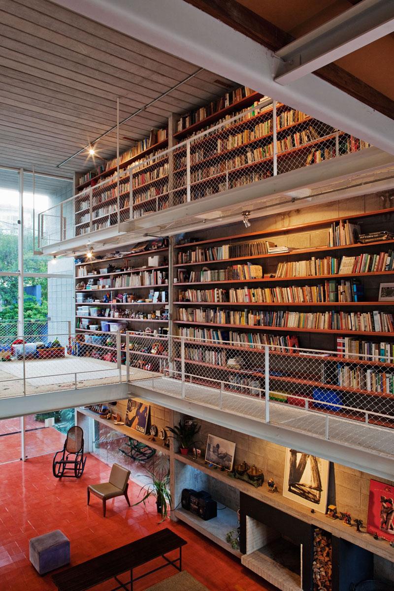 7500冊もの蔵書が壁に設置されている図書館のような邸宅。Bookcase Wall House 15