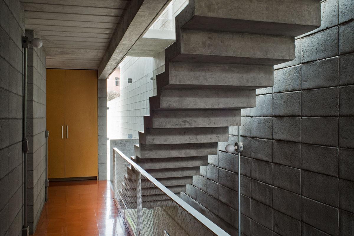 7500冊もの蔵書が壁に設置されている図書館のような邸宅。Bookcase Wall House 16