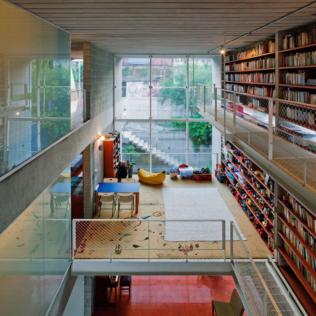 7500冊もの蔵書が壁に設置されている図書館のような邸宅。Bookcase Wall House 17