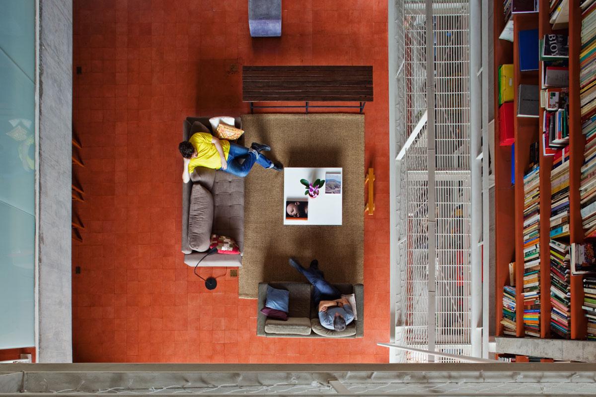 7500冊もの蔵書が壁に設置されている図書館のような邸宅。Bookcase Wall House 21