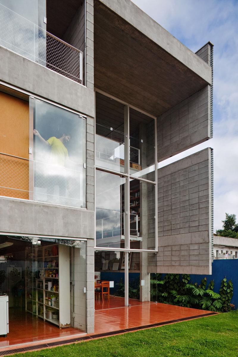 7500冊もの蔵書が壁に設置されている図書館のような邸宅。Bookcase Wall House 18