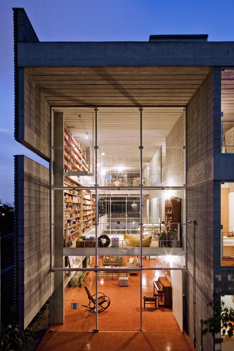 7500冊もの蔵書が壁に設置されている図書館のような邸宅。Bookcase Wall House 20