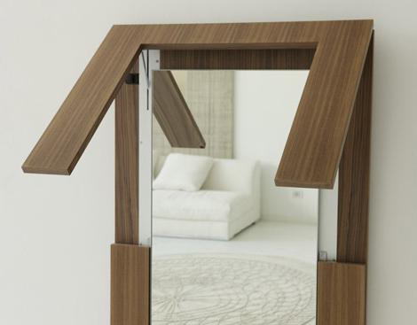必要のないときは壁掛け鏡に。変形するテーブル。