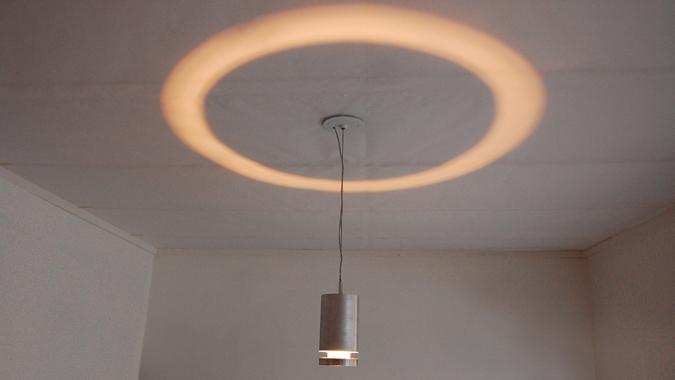 天井へむかって、わっかのように照らす照明「Halo Lamp」3
