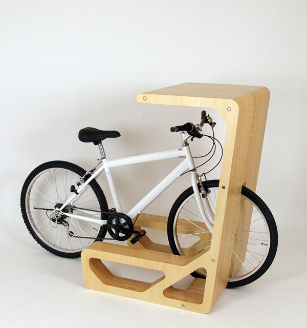 収納した自転車がそのまま椅子になる机