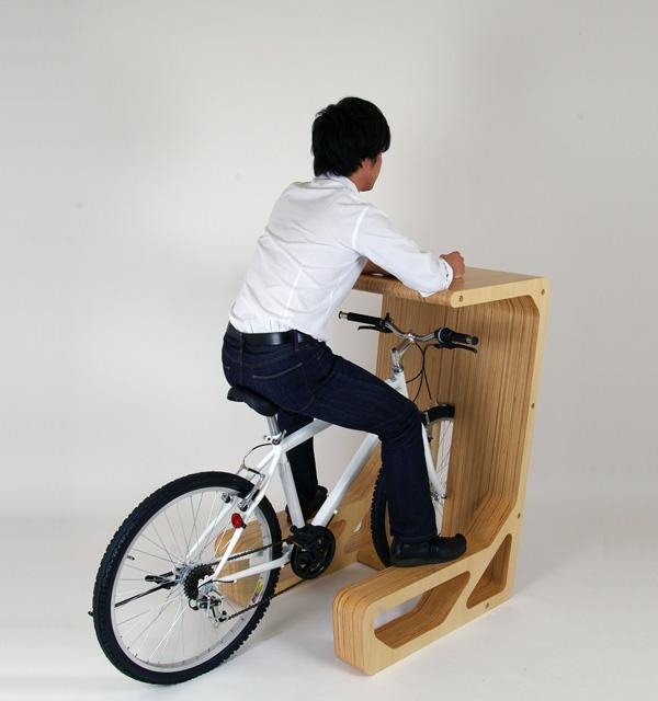 収納した自転車がそのまま椅子になる机2