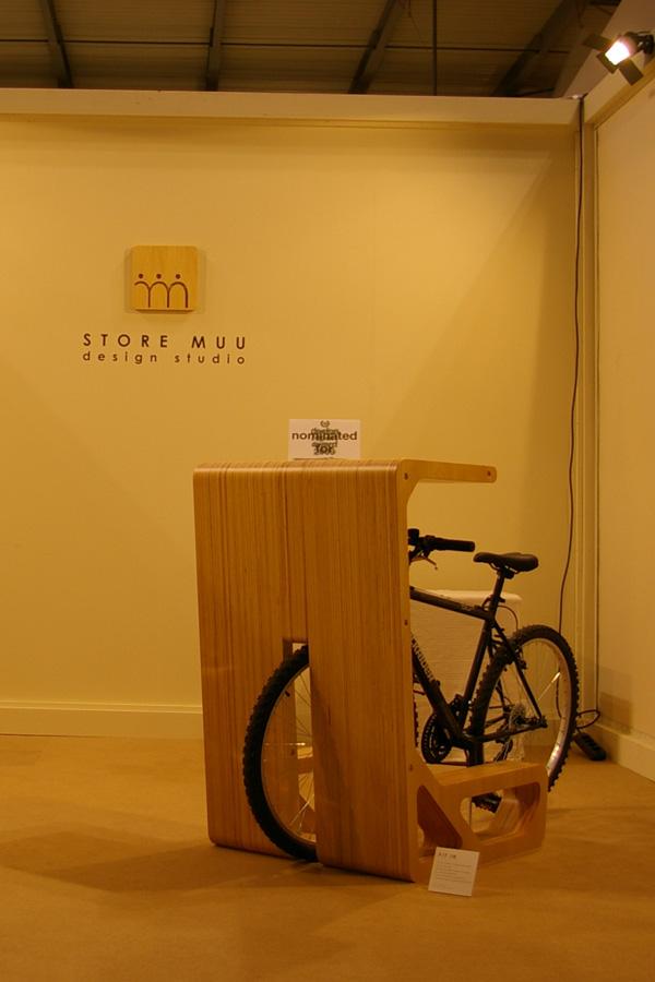収納した自転車がそのまま椅子になる机3
