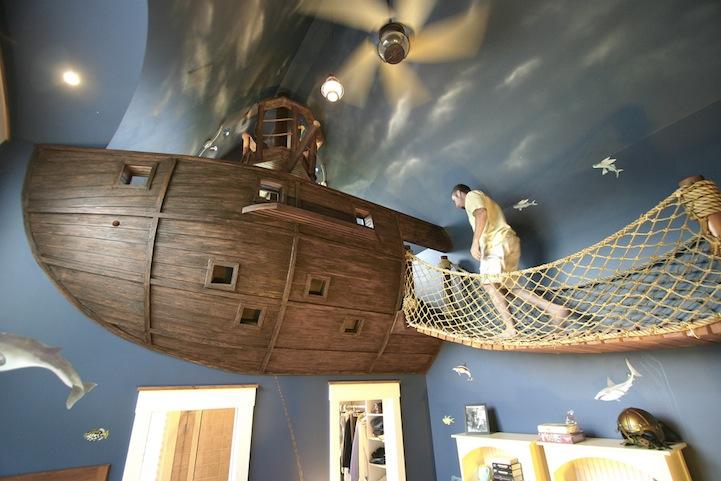まさかこれは飛空艇?気分は海賊。目指せワンピース!部屋の中に空飛ぶ海賊船がある家。