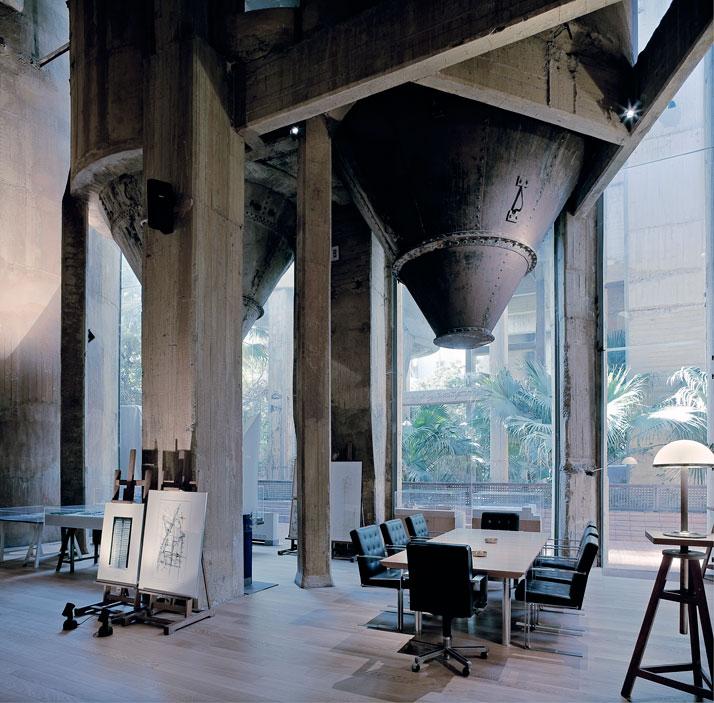 約2年間かけてセメント工場を自宅とオフィスに改造した驚くべき写真3