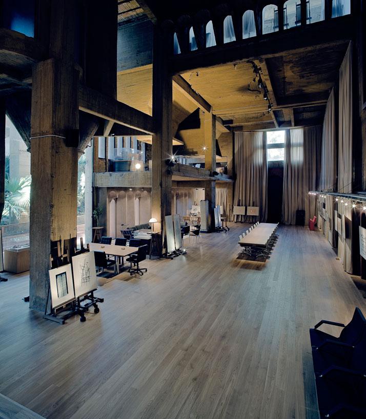 約2年間かけてセメント工場を自宅とオフィスに改造した驚くべき写真4