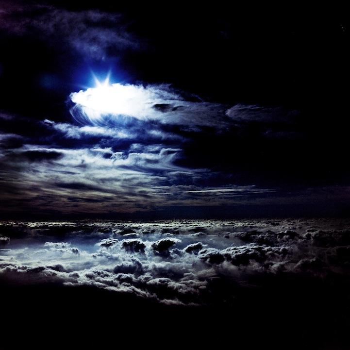 山内悠が標高3000メートルの富士山の山小屋で600日間滞在し撮り続けた息を飲むほど美しい夜明けの写真「夜明け-DAWN-」