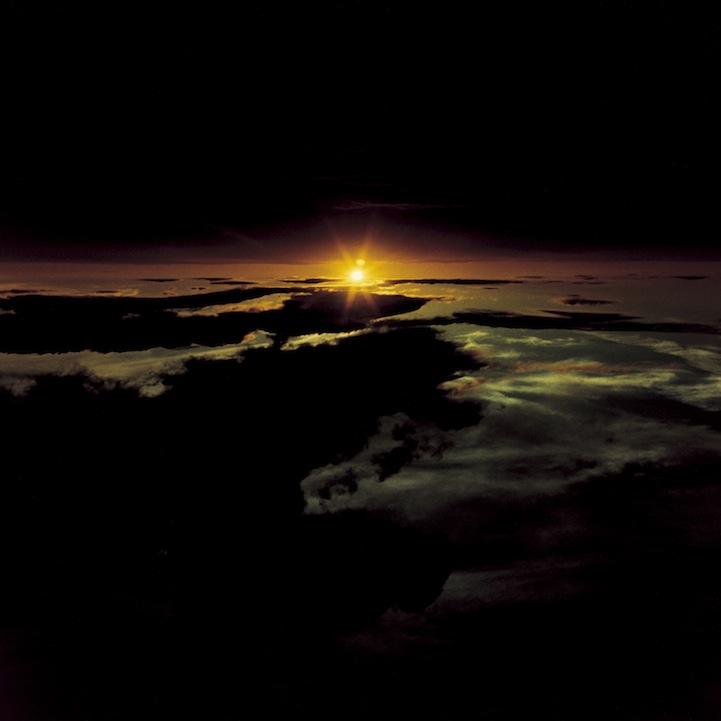山内悠が標高3000メートルの富士山の山小屋で600日間滞在し撮り続けた息を飲むほど美しい夜明けの写真「夜明け-DAWN-」2