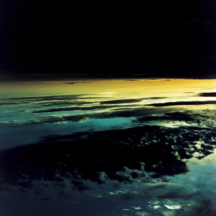 山内悠が標高3000メートルの富士山の山小屋で600日間滞在し撮り続けた息を飲むほど美しい夜明けの写真「夜明け-DAWN-」3