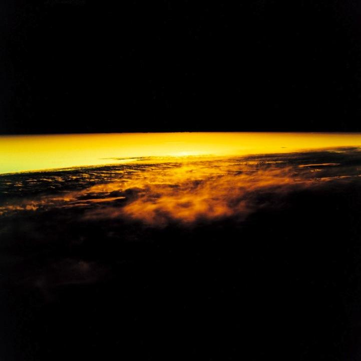 山内悠が標高3000メートルの富士山の山小屋で600日間滞在し撮り続けた息を飲むほど美しい夜明けの写真「夜明け-DAWN-」9