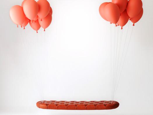 風船の力で空を飛んでいるようにみえるベンチ1